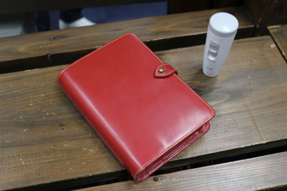 「ホワイトハウスコックス」の赤い革の手帳とミスト