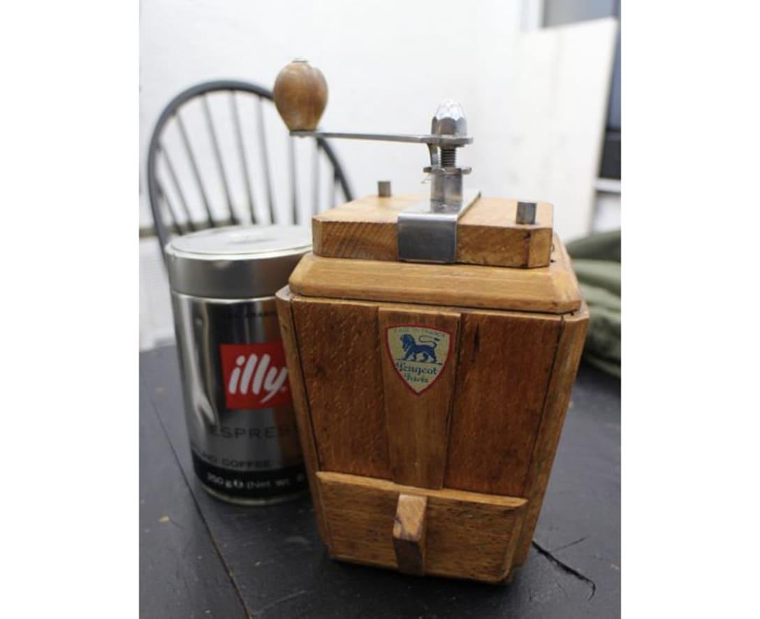 38年の初号を復刻した50年代の「プジョー」のコーヒーミル