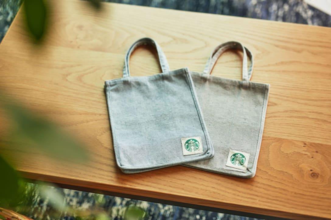 「スターバックス アップサイクルコットン ショッパーバッグ」カラー・サイズ:デニムブルーS、ミックスグレーS(各 税込2,750円)