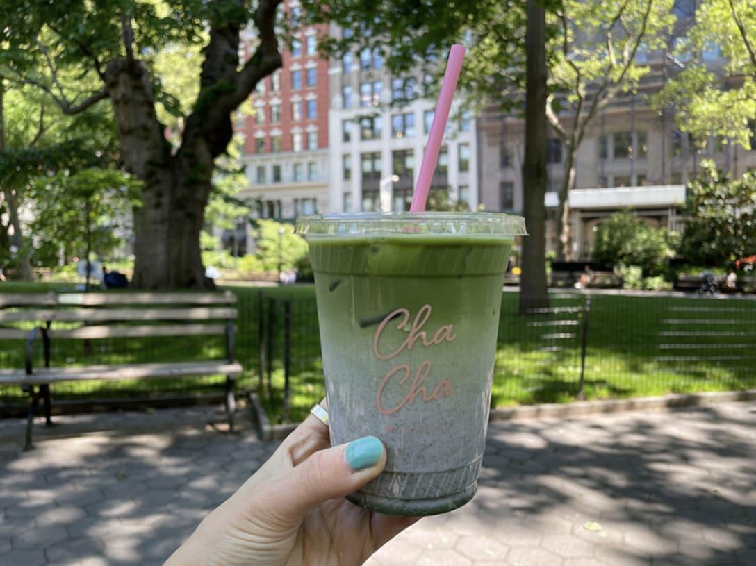 ラベンダードリンクに抹茶をミックス!チャチャマッチャ不動の人気メニュー カスタムレシピ「Iced Purple Drink($6.00)、Shot of Matcha(+$1.00)、Oat Milk(+$0.75)」(Total $7.75+Tax)