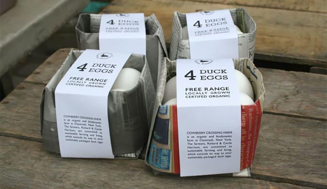 古い新聞を再利用した卵のパッケージ