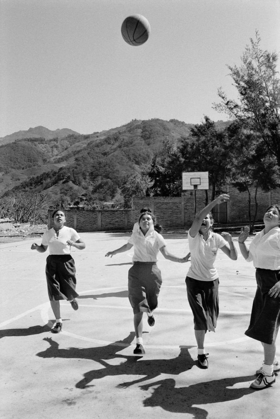 クリス・スティール=パーキンスによる作品 El Salvador, 1984 © Chris Steele Perkins / Magnum Photos