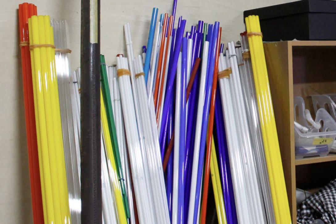 カラフルなガラス管が並ぶ。一番割れやすく高いのは赤で、ベネチアングラスで作られたものもある。