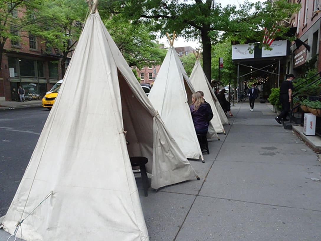 テント型の飲食席。ハドソン・ストリート。