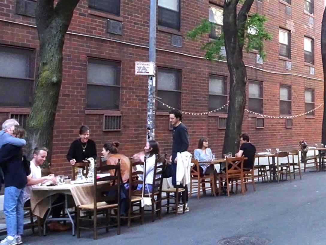 エリザベス・ストリート。通りに簡易席を設置しての営業。