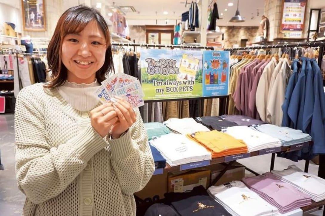 手に持っているのは野本さんが自店スタッフに送ったスマイルカードの一部