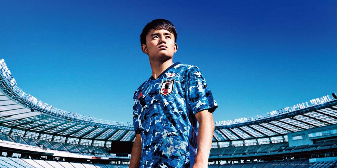 サッカー日本代表新ユニフォームを着用した久保建英選手 Image by アディダス