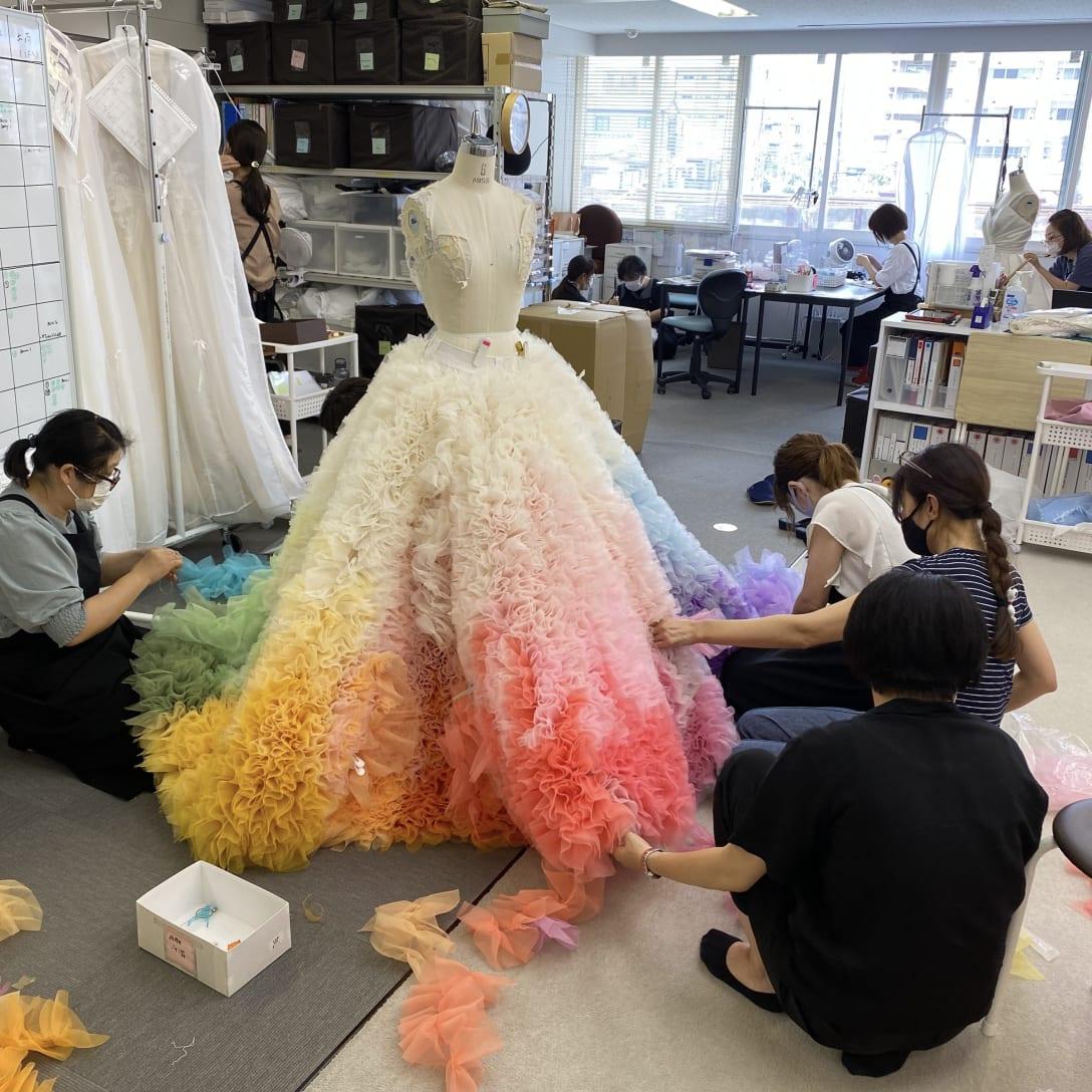 MISIAのドレス制作の様子。臨時スタッフを集め、急ピッチで進められた。 Image by TOMO KOIZUMI