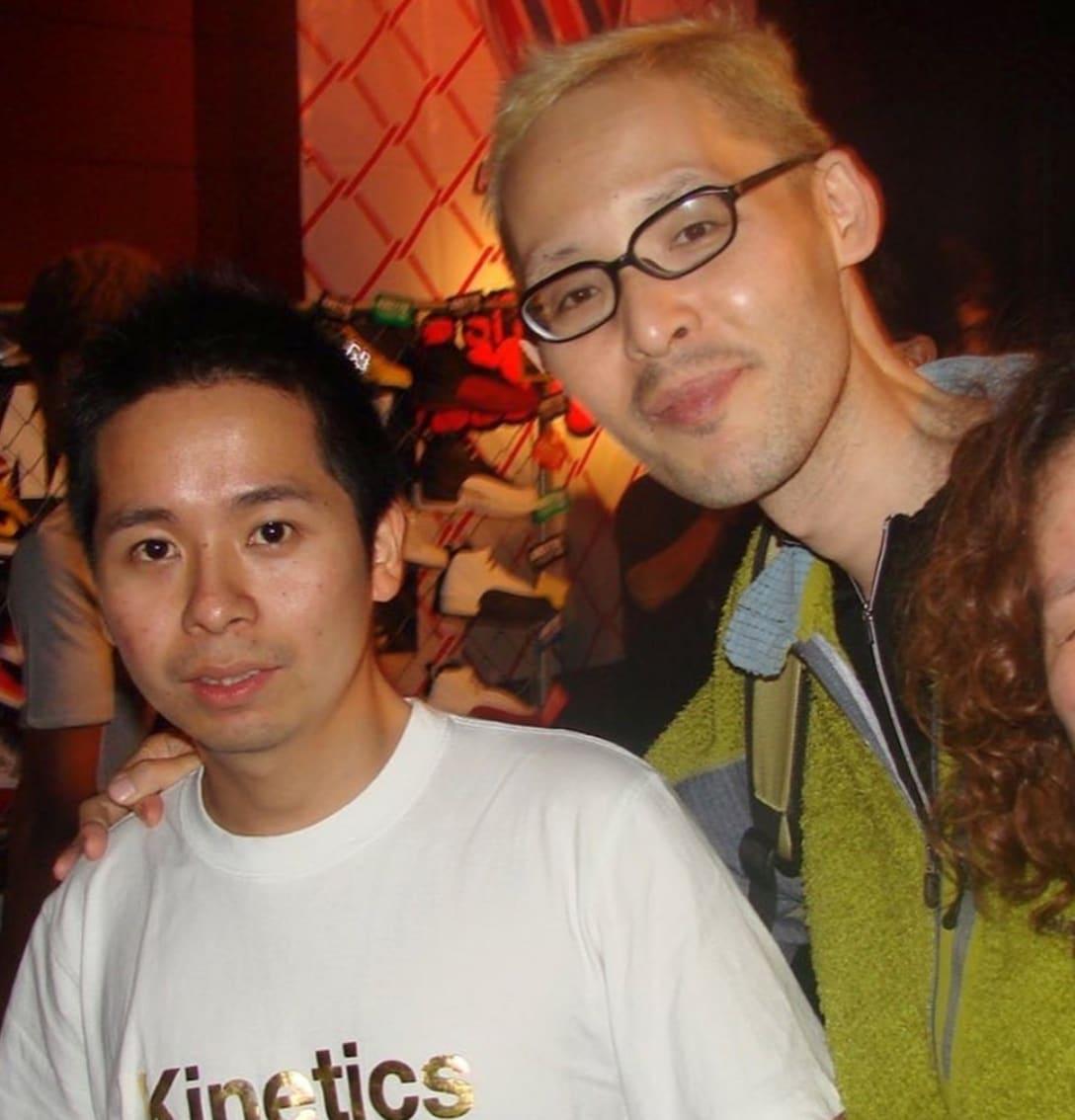 体調が悪かったという2007年の本明氏の写真。写真左はアトモスディレクターの小島奉文氏。 Image by atmos