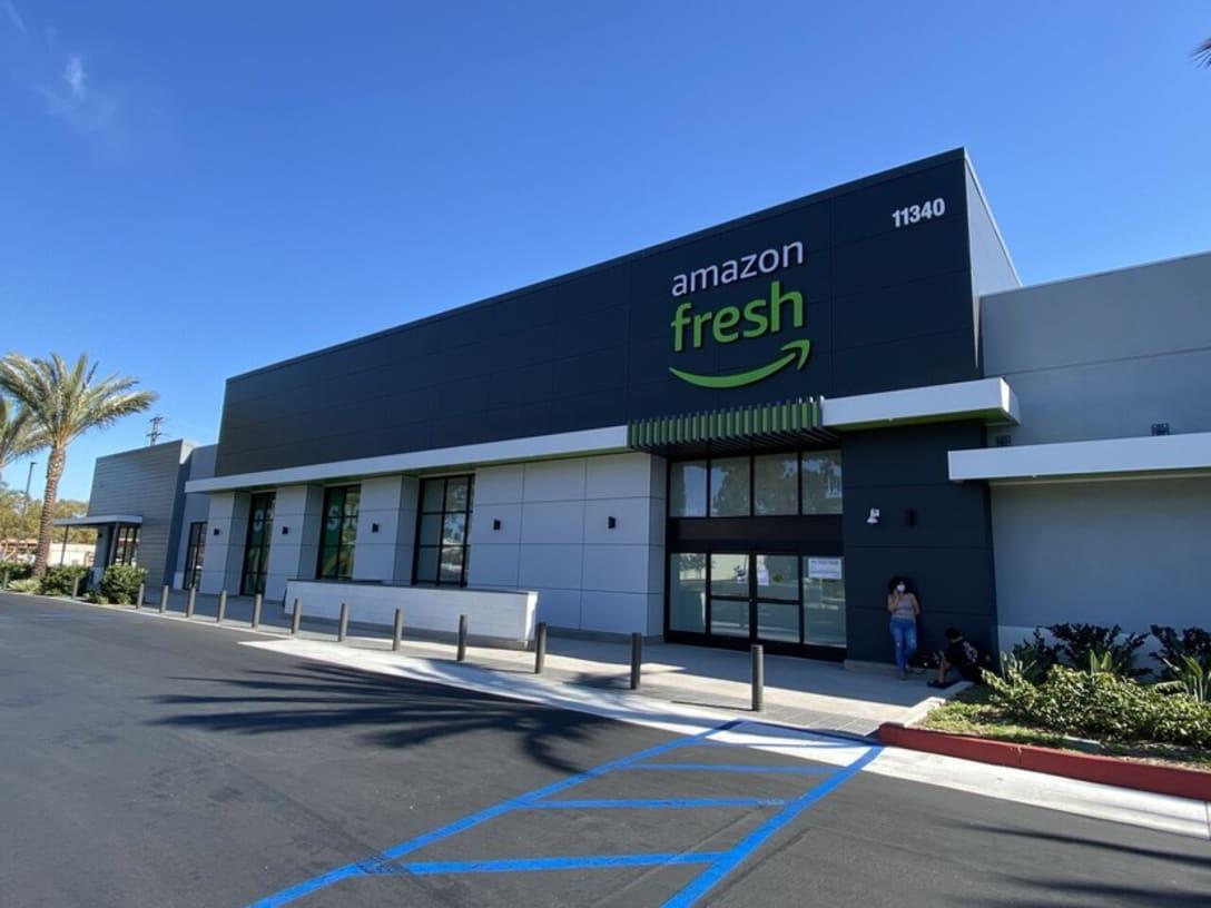 ロサンゼルス郊外セリトス地区にあるオープン間近のアマゾン・フレッシュ。ジャスト・ウォークアウトとフルサービスレジが同居するハイブリッド型になる。