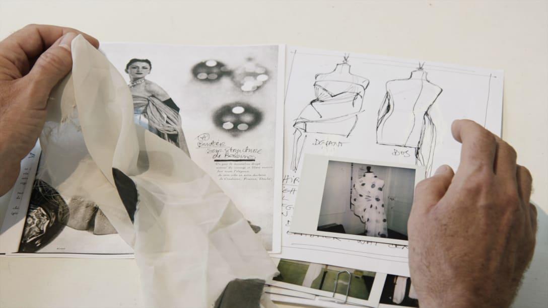 マルジェラによるデザイン画と布見本 Image by © 2019 Reiner Holzemer Film – RTBF – Aminata Productions