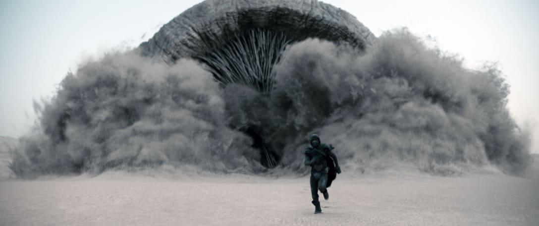 砂の惑星に生息する「サンドワーム」。振動を感知するため、歩き方にも注意を払わなければサンドワームに飲み込まれてしまう。 Image by ©2020 Legendary and Warner Bros. Entertainment Inc. All Rights Reserved