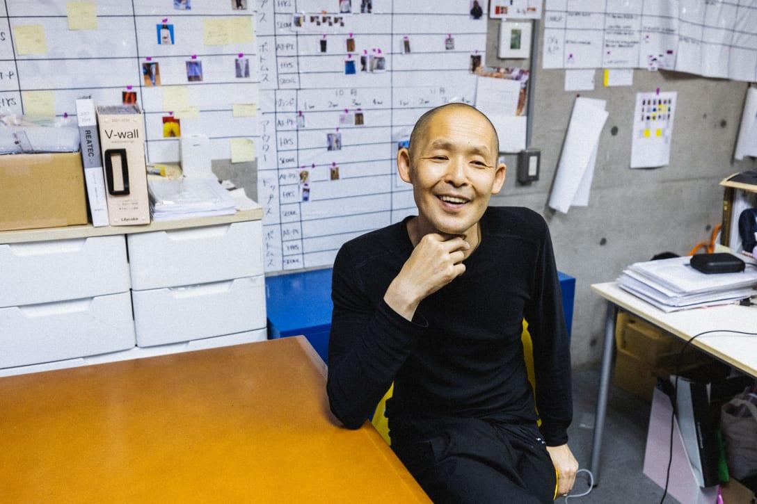 テクストトレーディングカンパニーのオフィスで話す本明氏