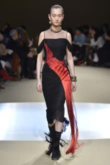 Alexander McQueen -Women's- 2018-19AW パリコレクション 画像28/42