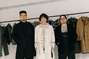 (左から)ヘアメイク向井大輔、デザイナー関根隆文、スタイリスト 百瀬豪