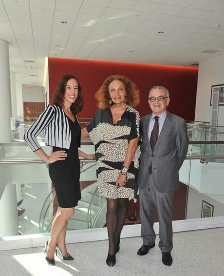 フォーダム大学の公式Facebookより 左から教授のSusan Scafidi、Diane von Furstenberg、同校学長のStephen Freedman