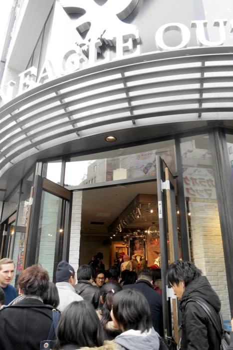 アメリカンイーグル アウトフィッターズ 池袋店オープン直後の様子 Image by FASHIONSNAP