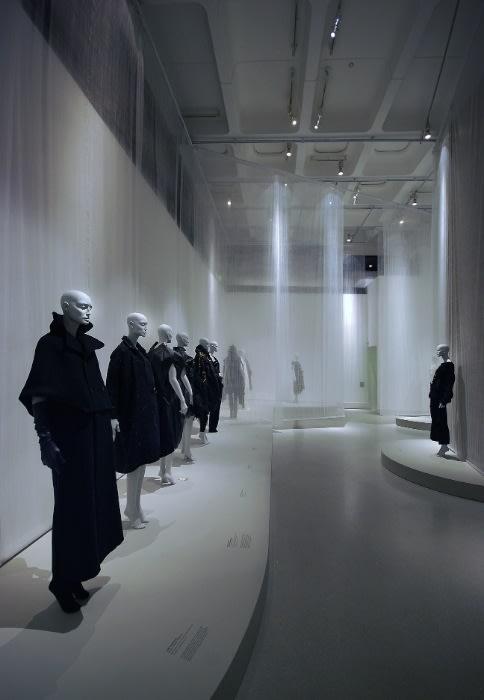 「陰翳礼讃」 Image by Future Beauty: 30 Years of Japanese Fashion 15 October 2010 – 6 February 2011 Barbican Art Gallery, London Photocredit: Lyndon Douglas