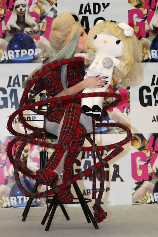 LADY GAGAと特製ハローキティ(12月1日の記者会見時) Image by Universal International