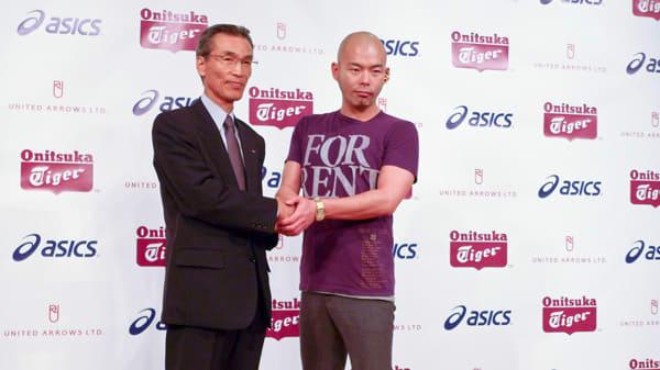 アシックス常務取締役の清水 裕一郎氏(写真左)と、デザイナー岩谷俊和氏(写真右) Image by FASHIONSNAP