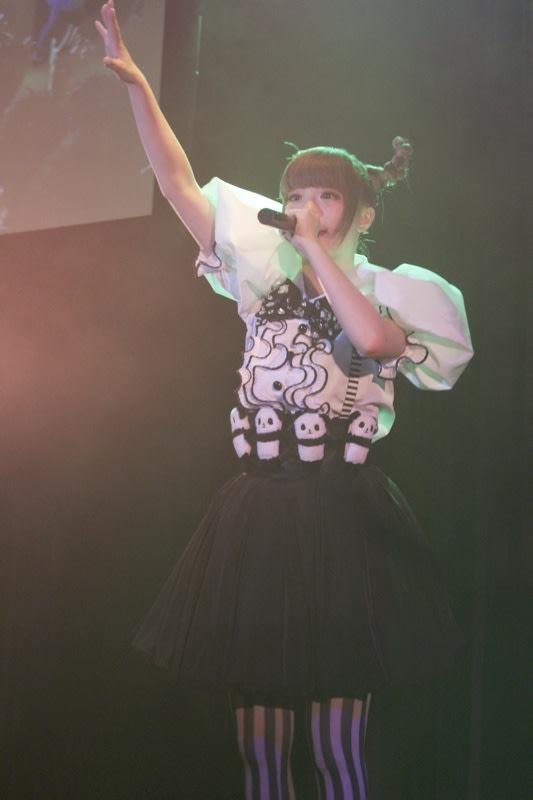 「つけまつける」を歌うきゃりーぱみゅぱみゅ Image by FASHIONSNAP