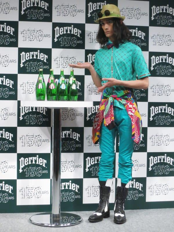 ボトルデザインをイメージしたスペシャルコーディネートでイベントに出席した栗原類 Image by FASHIONSNAP