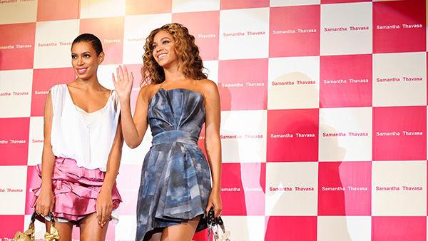 「Samantha Thavasa」プロモーショナルモデルのビヨンセ(右)&ソランジュ(左)姉妹 Image by FASHIONSNAP