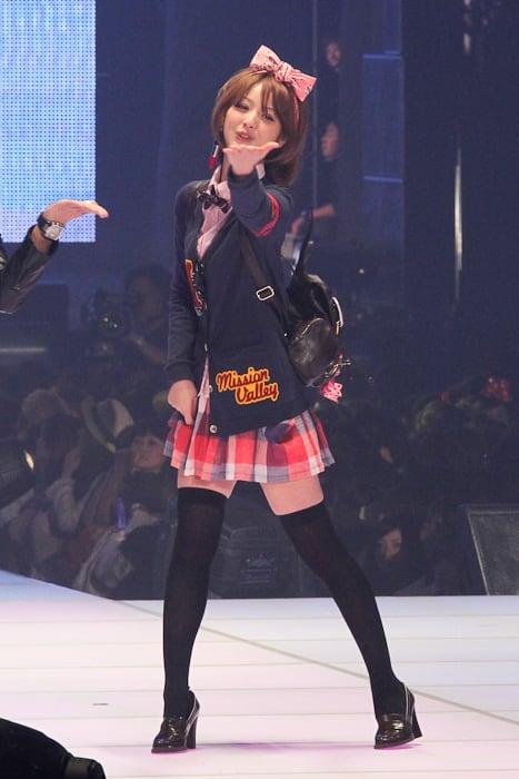 トップで登場した佐々木希 Image by FASHIONSNAP