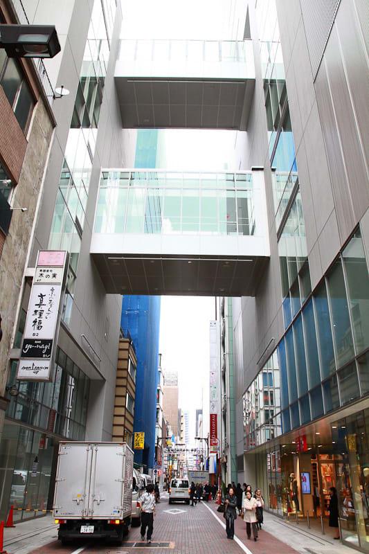 ギンザコマツ(すずらん通りを挟んで左がドーバーストリートマーケット銀座、右がユニクロ銀座) Image by FASHIONSNAP