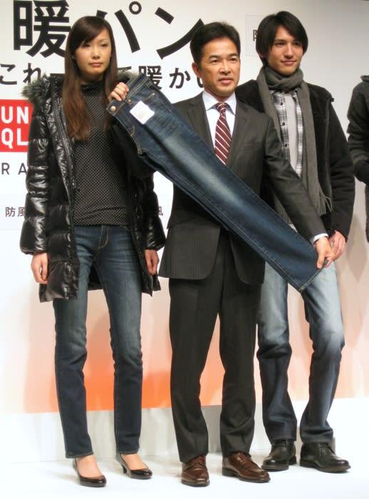 ユニクロ新商品「暖パン」中央はユニクロ取締役 大苫直樹 Image by FASHIONSNAP