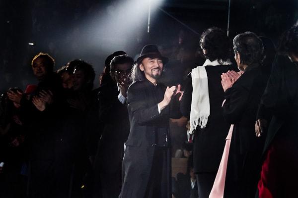 """デザイナー山本耀司氏""""YOHJI YAMAMOTO THE MEN 4.1 2010 TOKYO""""フィナーレ Image by FASHIONSNAP"""