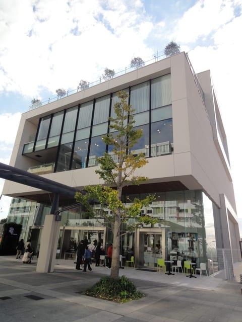 「センター北駅」2番出口すぐ Image by FASHIONSNAP