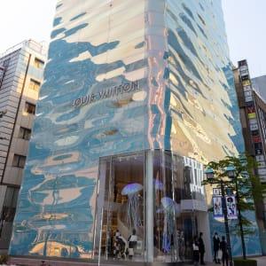 波打つガラスの外壁が輝く「ルイ・ヴィトン 銀座並木通り店」 店内公開